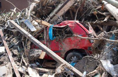 En bil har förstörts i översvämningen.