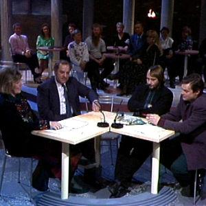 Ulla Roihu, Reima Kampman, Jukka Alihanka ja Ari Meriläinen keskustelevat hypnoosista.