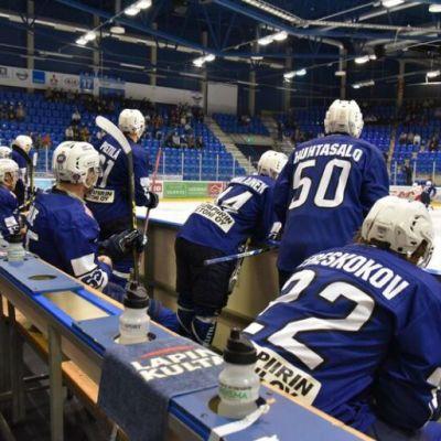RoKin pelaajia istuu aitiossa.