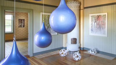 runda föremål på golvet och i taket i äldre hus