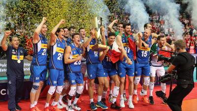 Italien firar sitt EM-guld i volleyboll.