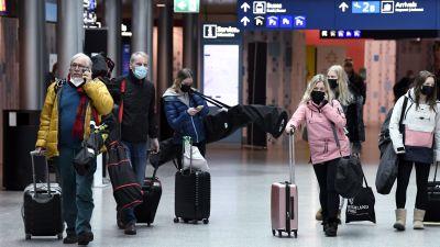 Resenärer på Helsingfors-Vanda flygplats den 9 april 2021.