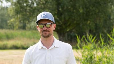 Jonathan Andersson utomhus i grön miljö.