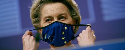 Ursula von der Leyen med ett munskydd med EU-stjärnor.