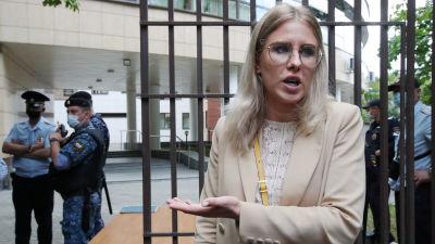 Oppositionsaktivisten Ljubov Sobol utanför en domstol i Moskva 3.8.2021