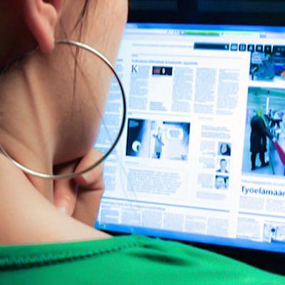 Nainen lukee nettisivuja