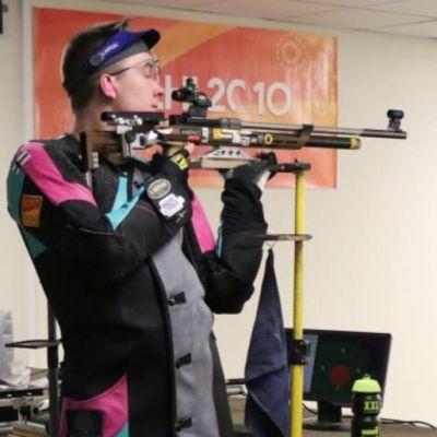 Joni Stenström skjuter med gevär mot en tavla,