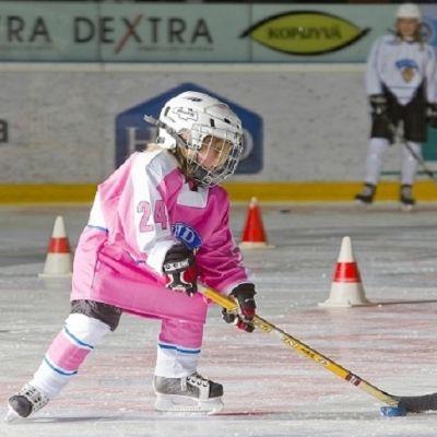 Flicka spelar ishockey.