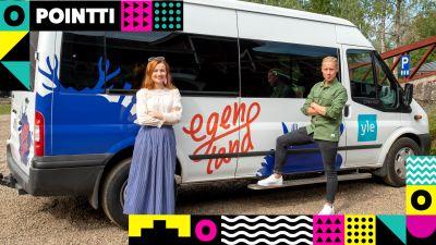 Hannamari Hoikkala och Niklas Aldén står framför en vit paketbil med programmet Egenlands logo.