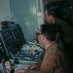 Rahtilaiva Pallaksen konemiehiä töissä.