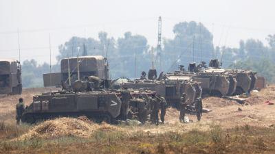 Israeliska marktrupper vid gränsen mot Gaza, fotograferade på fredag morgon, den 14 maj. I motsats till tidigare rapporter hade de alltså inte rullat in i Gaza.