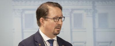 THL:n Mika Salminen valtioneuvoston tiedotustilaisuudessa 19. maaliskuuta.