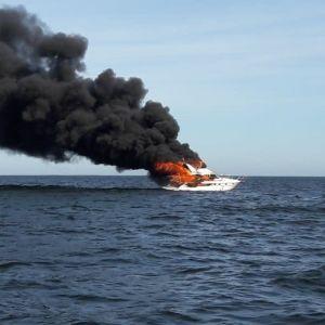 Båten stod i ljusan låga