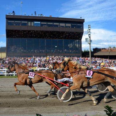 B.Helmiina nujertaa Mariminin Kuningatar-kilpailun 2 100 metrillä.