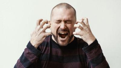 Isyyspakkaus-bloggaaja Tommi Koivisto huutaa ja pitää käsiä lähellä kasvoja somet taipuneena kiukusta.