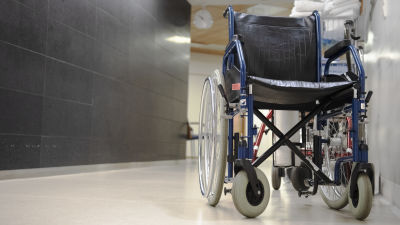 En rullstol i en sjukhuskorridor.