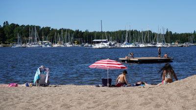 Människor ligger på strand i Vasa