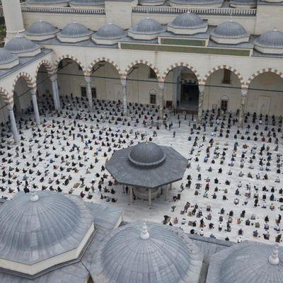Ihmisiä rukoilmessa moskeijan pihalla.