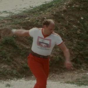 Mies heittää kiekkoa Los pacosissa.