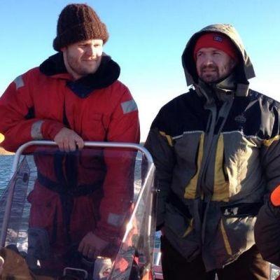 Metsästysporukka veneessä matkalla peurametsälle.