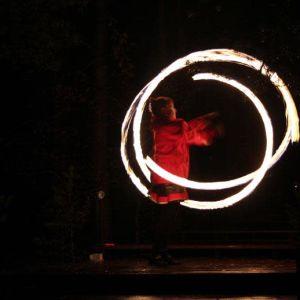 Pihla Meskanen piirtää tulella ilmaan ympyröitä tuliesityksessä.