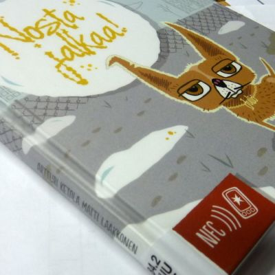 Kirjaston kirja pöydällä