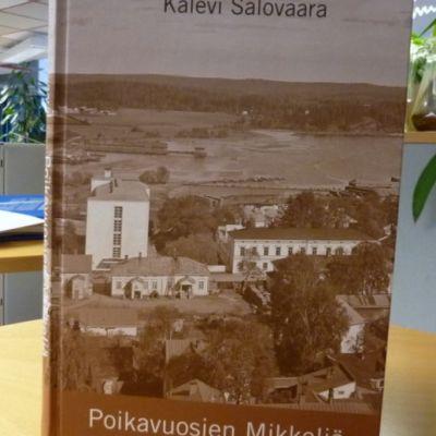 Kalevi Salovaaran kirja Poikavuosien Mikkeliä pöydällä