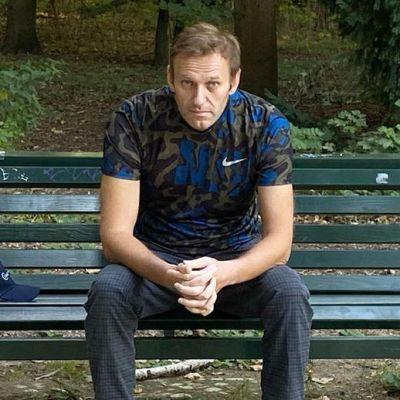 Navalnyi istuu puistonpenkillä Berliinissä.