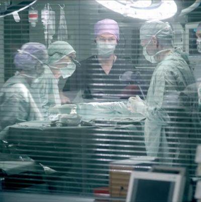 Lääkäri ja hoitajia leikkaussalissa