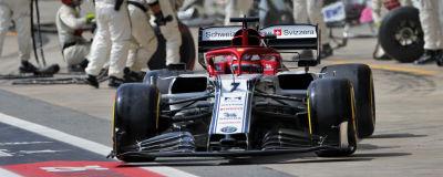 Kimi Räikkönen kör från depån.