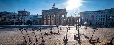 10 elscootrar står övergivna vid Brandenburger Tor i Berlin, en stad som turisterna övergivit på grund av coronaviruset.