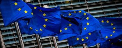 EU:n liput liehuvat Euroopan unionin päärakennusten ulkopuolella.