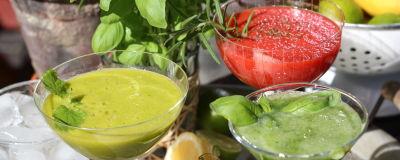 Två gröna och en röd drink.