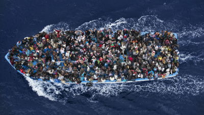 Flyktingarna kommer ofta i överfulla båtar.