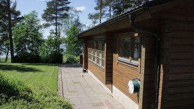 Ido har en stuga invid Pojoviken strax bredvid fabriken.
