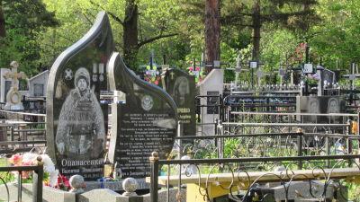 Vy över en begravningsplats.