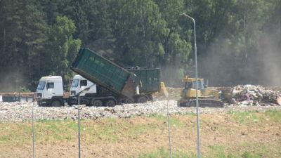 Lastbilar på en rysk avstjälpningsplats.