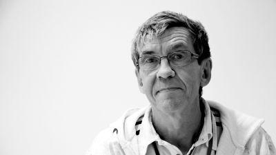 Yle-redaktören Hans Johansson. Svartvit bild.