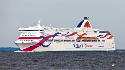 Färjan baltic queen på lugnt vatten. Den är vit med färgade vågiga streck på.