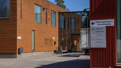 Ingången till en skolbyggnad.