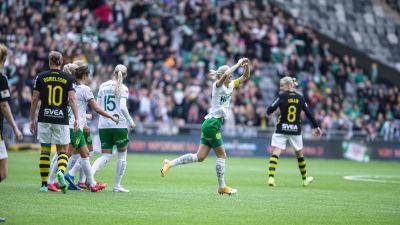 Alice Carlsson firar mål.