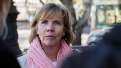 Oikeusministeri Anna-Maja Henriksson säätytalon rappusilla ennen hallituksen kokousta 19.5.2020.