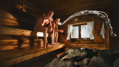 Mies ja nainen saunomassa.