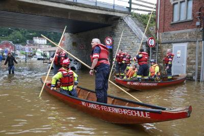Räddningsinsatsen är i full gång i Belgien. Räddningspersonalen tar sig fram på gatorna med hjälp av båtar.