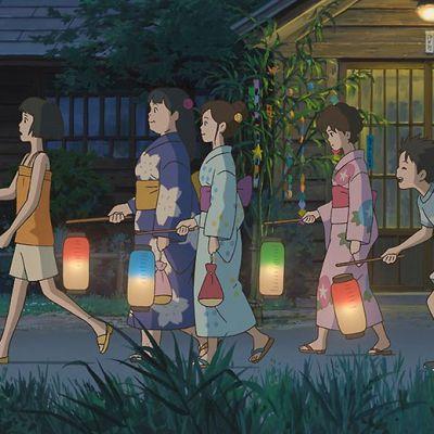 Aikuisia ja lapsia kävelyllä illan saavuttua.