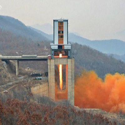 Pohjois-Korean television välittämä kuva rakettimoottorin testauksesta.