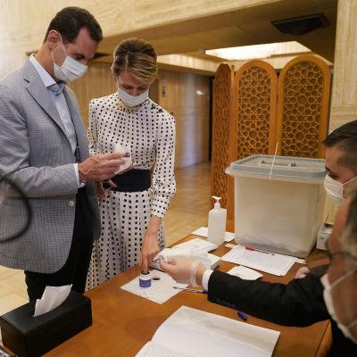 Syyrian presidentti ja hänen vaimonsa äänestämässä