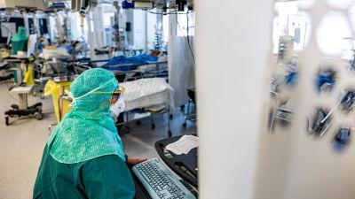 En sjukskötare i skyddsutrustning på covid-avdelning.
