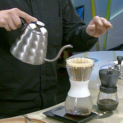 vettä kaadetaan kahvinsuodatussuppiloon