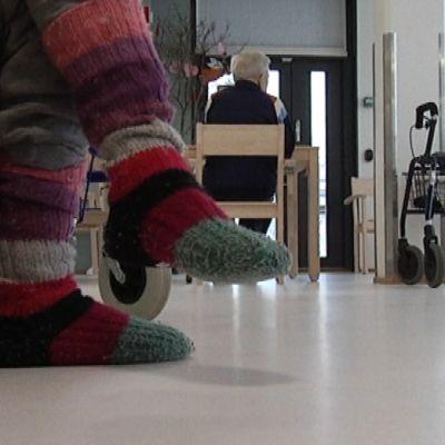 vanhuksen jalat palvelutalossa